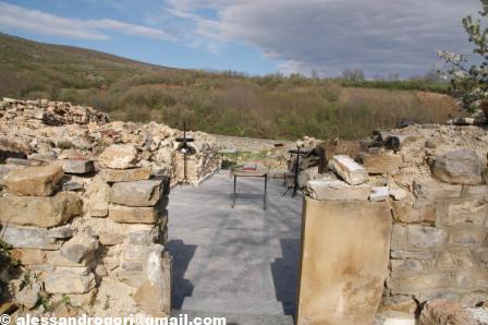 monastero ridotto in macerie dopo pogrom 2004a